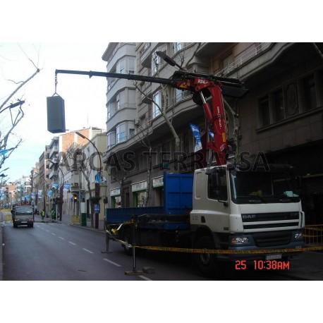 Trasllat i moviment de tota mena de caixes fortes, per la finestra, soterrani amb o sense camió